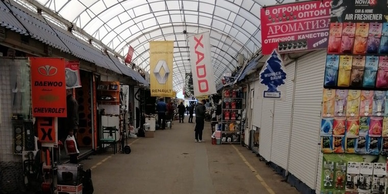 Торговый ряд на рынке Лоск